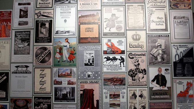 Der Besucher wird im ersten Stock mit dieser Wand aus Anzeigenmotiven begrüßt. (Foto: Markus Burgdorf)