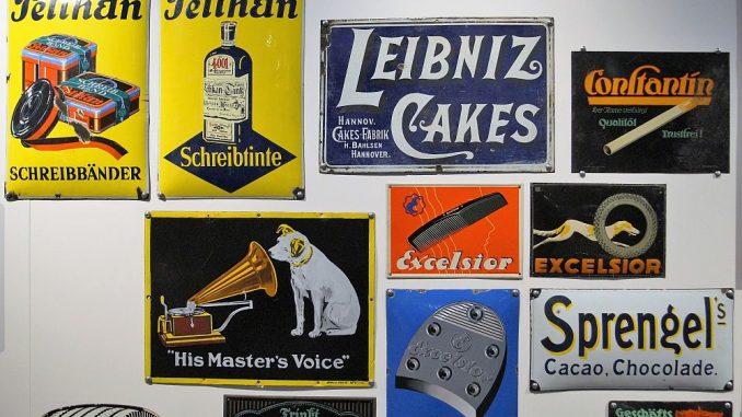 Natürlich dürfen auch die Blechschilder nicht fehlen - heute begehrte Sammlerstücke. (Foto: Markus Burgdorf)